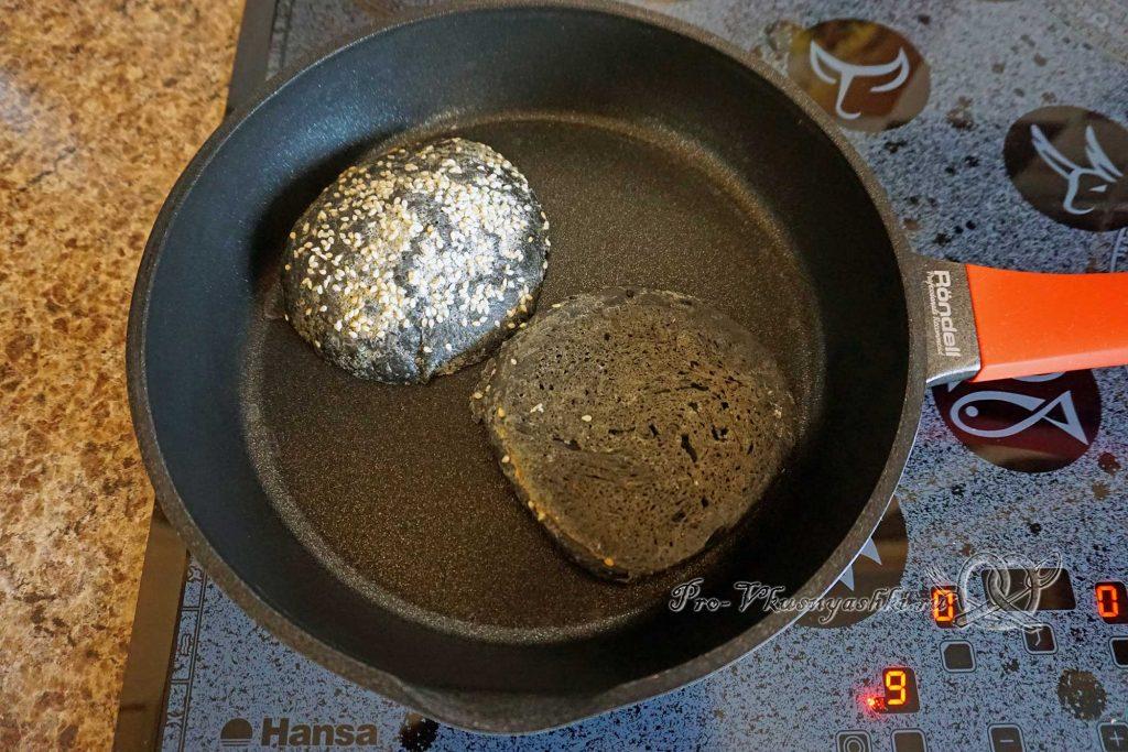 Черный бургер с яйцом и беконом - обжариваем булочки