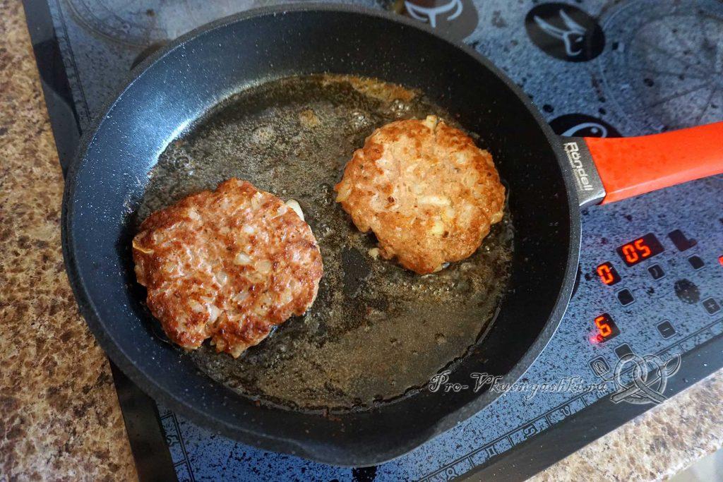 Черный бургер с яйцом и беконом - обжариваем котлеты с другой стороны