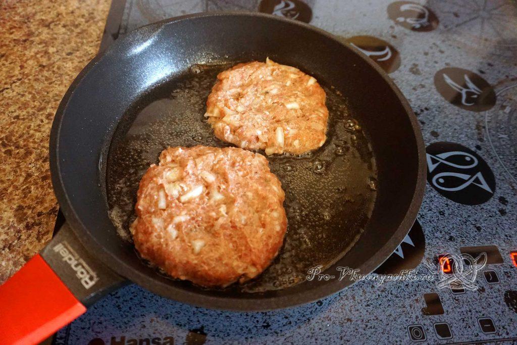 Черный бургер с яйцом и беконом - обжариваем котлеты с одной стороны