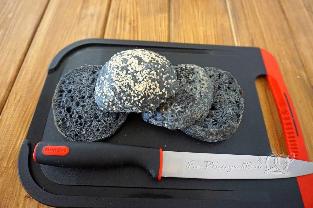 Черный бургер с яйцом и беконом - разрезаем булочки