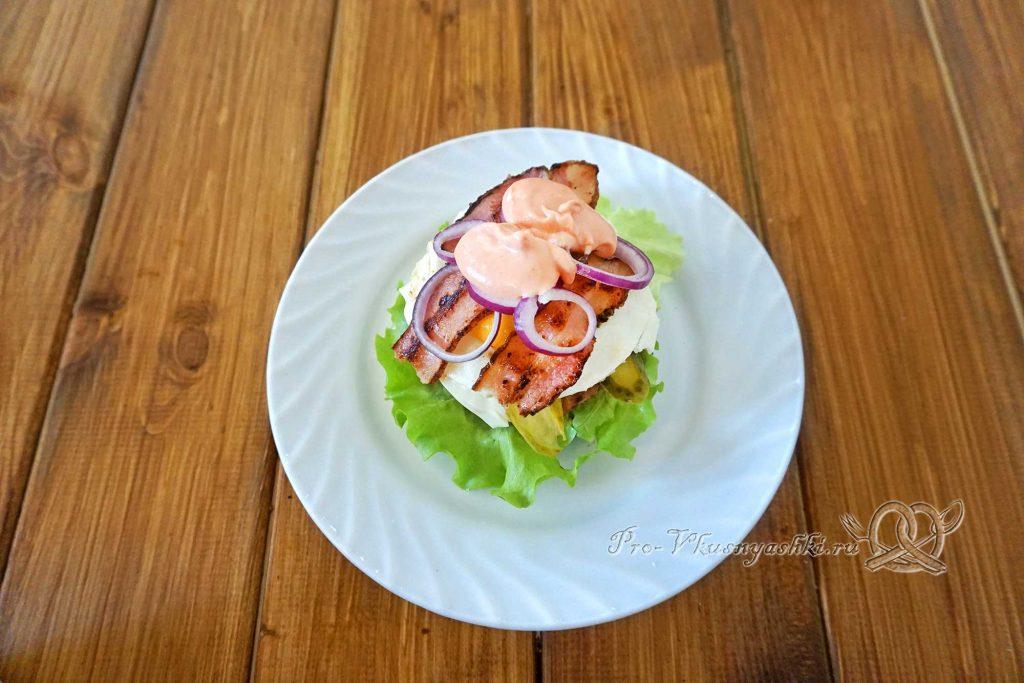 Черный бургер с яйцом и беконом - смазываем верх соусом