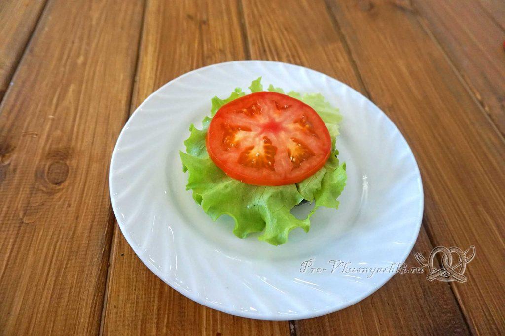 Черный бургер с яйцом и беконом - выкладываем лист салата и помидор