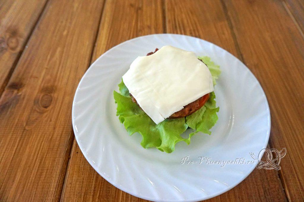 Черный бургер с яйцом и беконом - выкладываем сыр