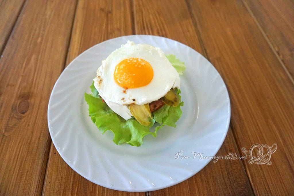 Черный бургер с яйцом и беконом - выкладываем яйцо