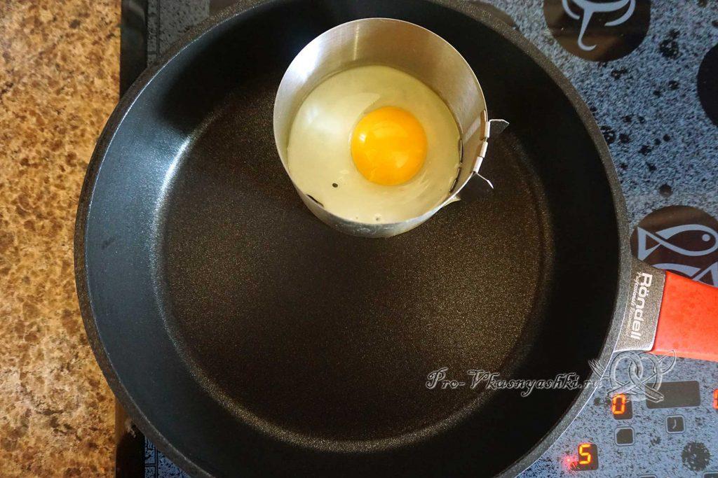 Черный бургер с яйцом и беконом - жарим яйцо