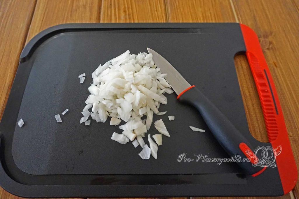Котлеты для бургера из фарша - нарезаем лук