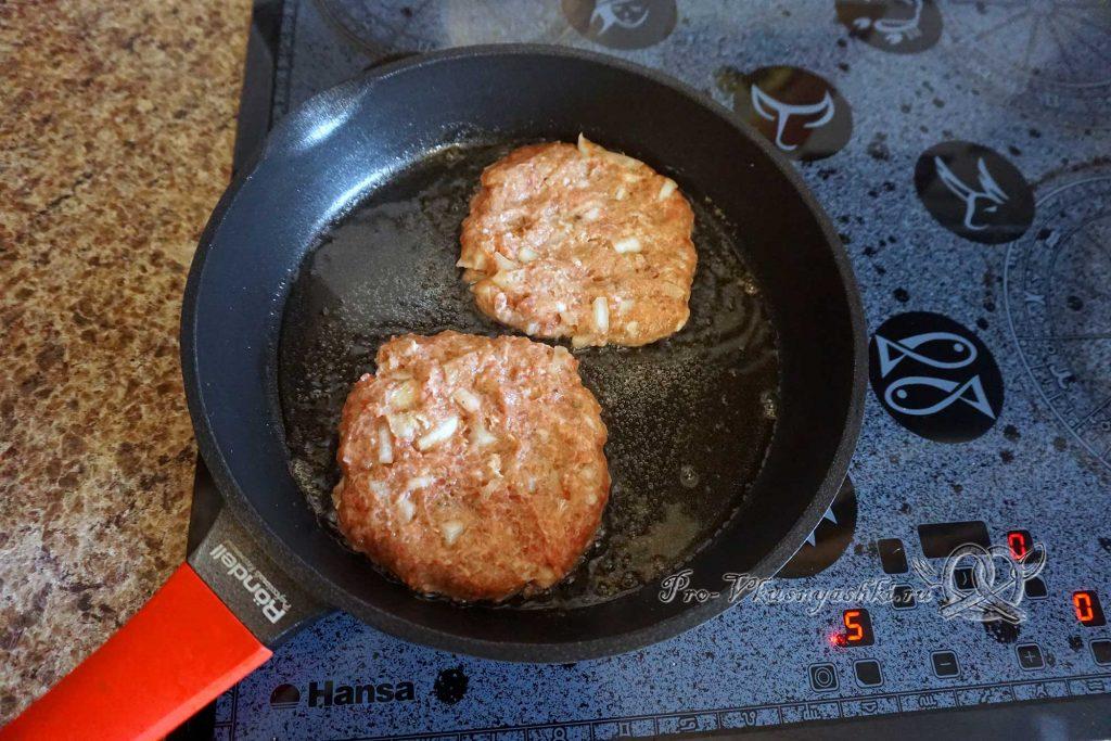 Котлеты для бургера из фарша - обжариваем с одной стороны