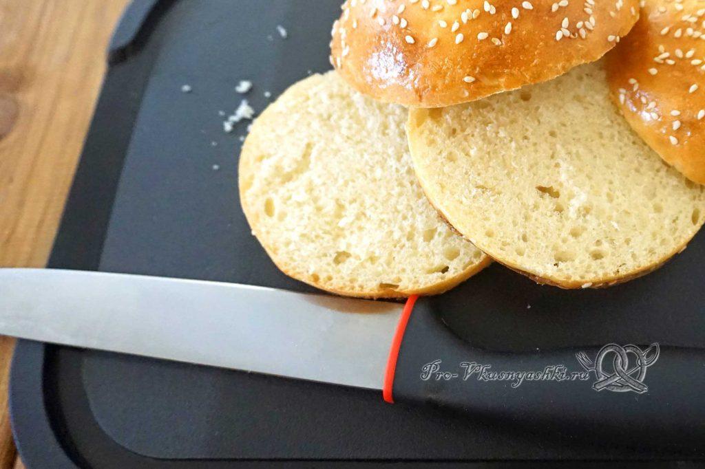 Бургер с беконом - нарезаем булочки