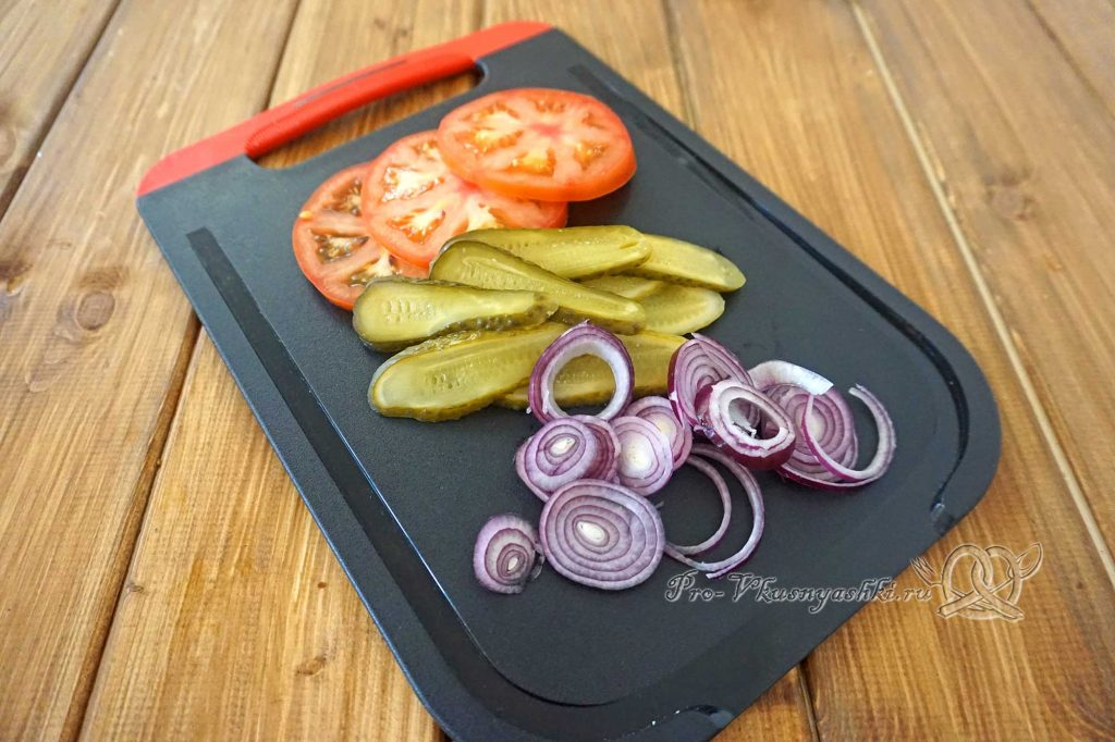 Бургер с беконом - нарезаем овощи