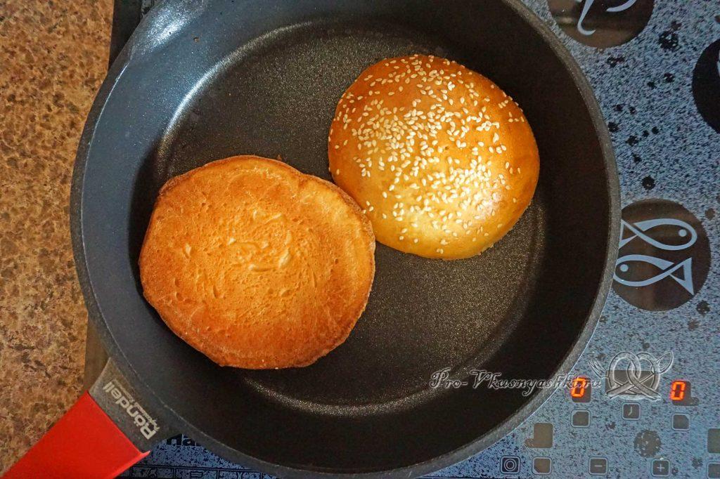Бургер с беконом - обжариваем булочки