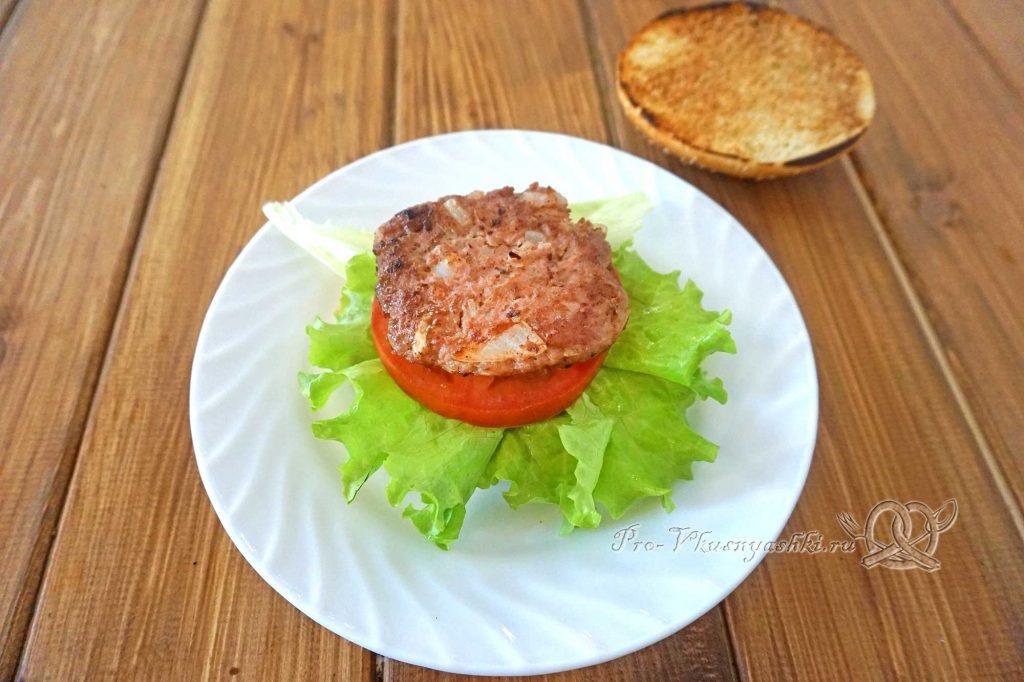 Бургер с беконом - выкладываем салат, помидор и котлету