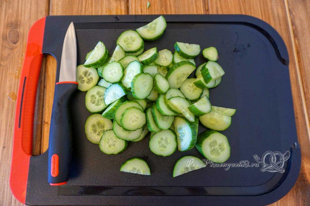 Салат с редиской и огурцом - нарезаем огурцы