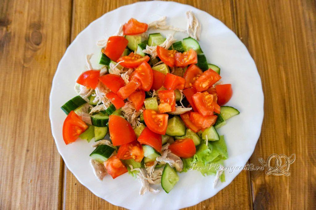 Салат Малибу с курицей - выкладываем на тарелку овощи