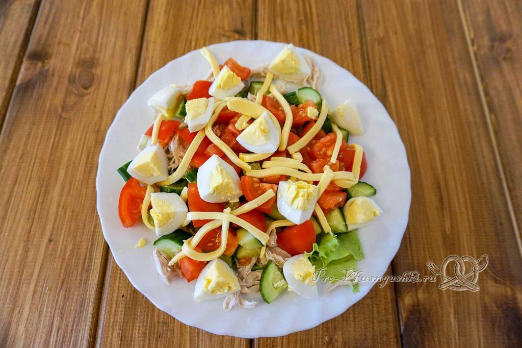 Салат Малибу с курицей - выкладываем на тарелку сыр и яйца