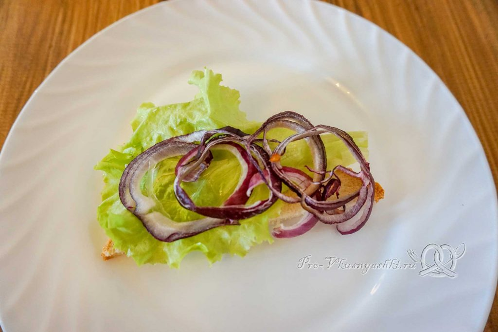 Сэндвич с индейкой, Гуакамоле и плавленым сыром - выкладываем лук