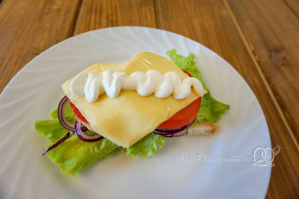 Сэндвич с индейкой, Гуакамоле и плавленым сыром - выкладываем сыр и сметану