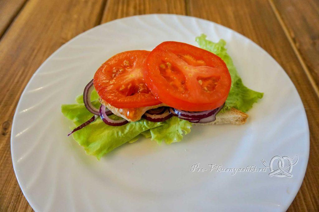 Сэндвич с индейкой, Гуакамоле и плавленым сыром - выкладываем томаты