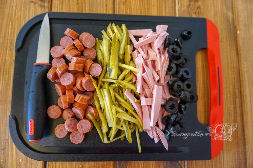 Солянка сборная мясная классическая - нарезаем колбасу, огурцы и маслины