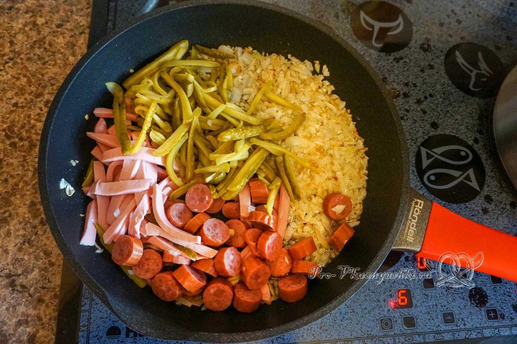 Солянка сборная мясная классическая - обжариваем колбасу и огурцы