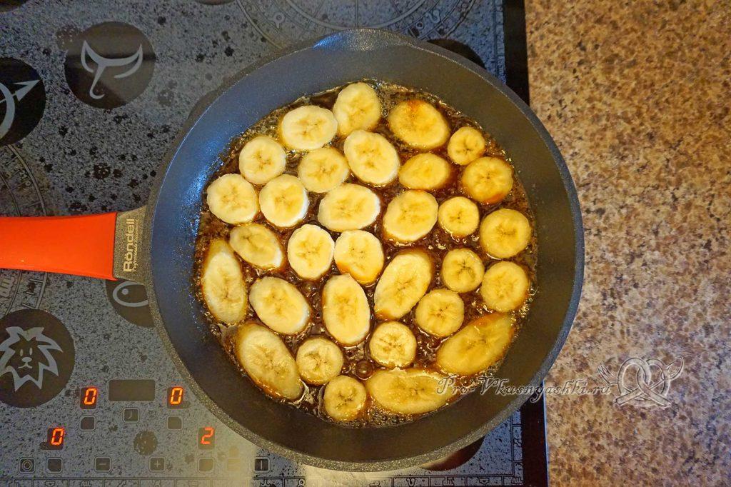Торт «Банановый остров» - помещаем бананы в карамель