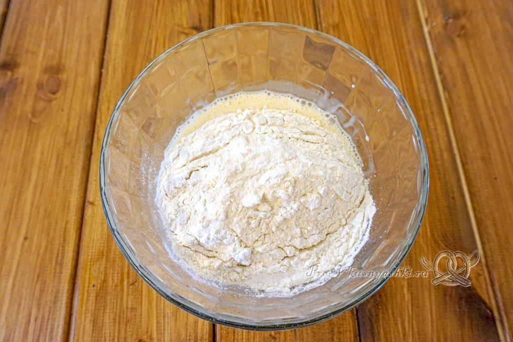 Торт «Молочная девочка» - добавляем сухие ингредиенты в жидкие