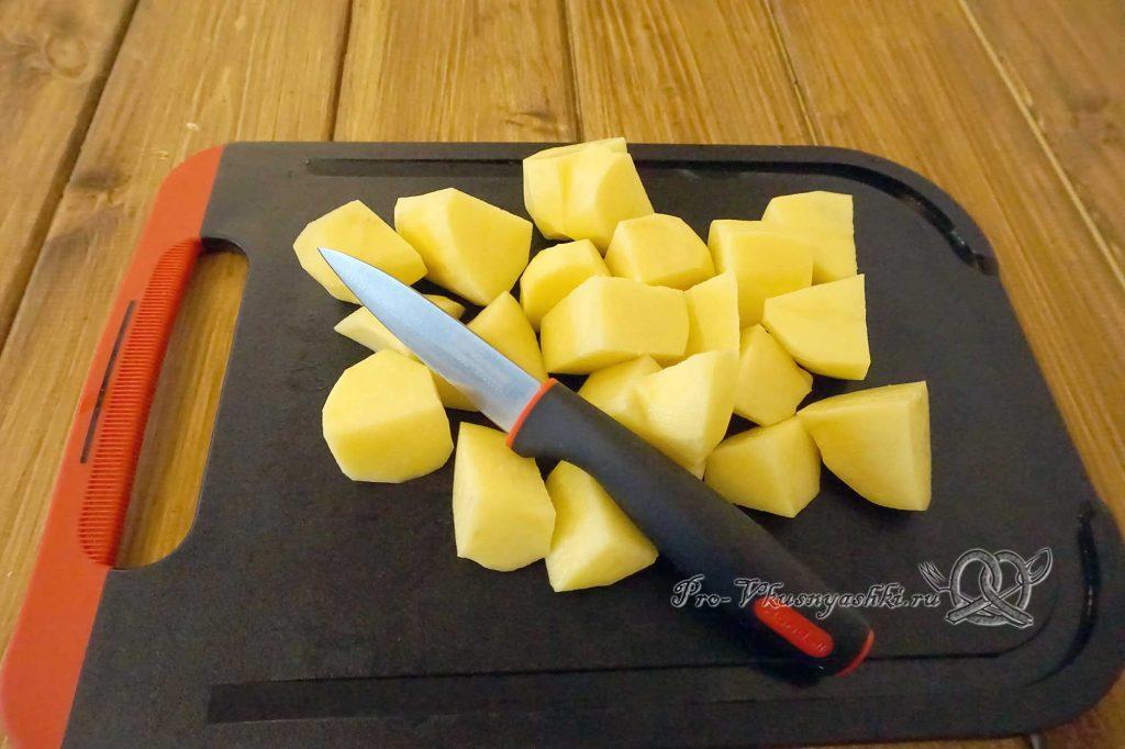 Тушеная капуста с грибами и картофелем - нарезаем картофель