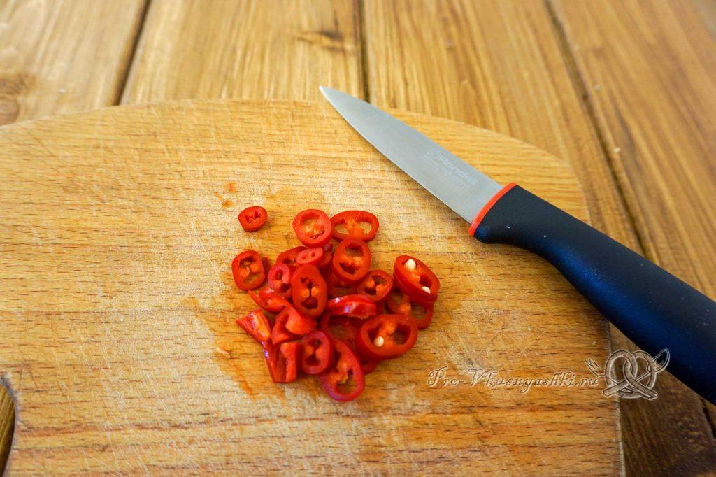 Домашний зефир с малиной и острым перцем - нарезаем перец