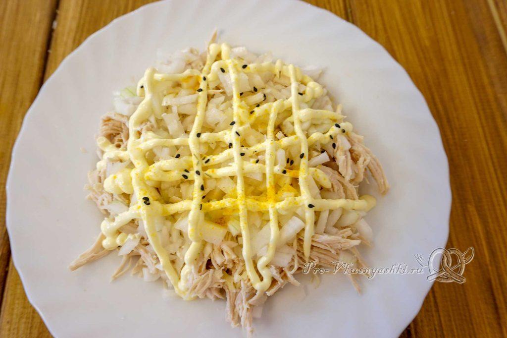 Салат Изумрудный с киви - смазываем лук майонезом