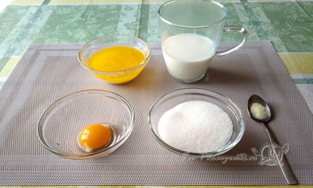 Баварский сливовый пирог - смешиваем масло, молоко и желток