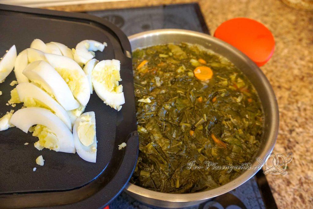 Борщ с щавелем и яйцом - добавляем яйца в суп