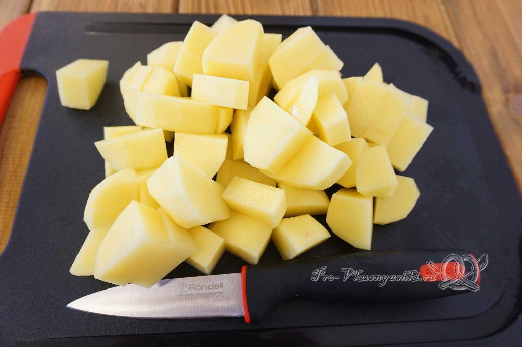 Борщ с щавелем и яйцом - нарезаем картофель