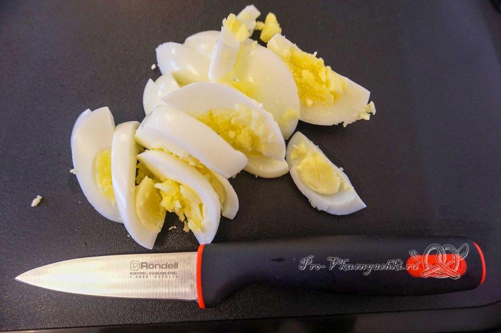 Борщ с щавелем и яйцом - нарезаем яйца
