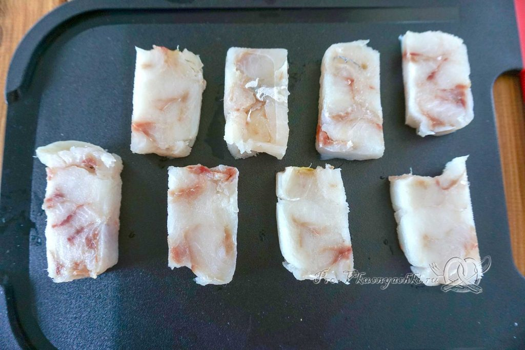 Минтай в кляре на сковороде - нарезаем рыбу