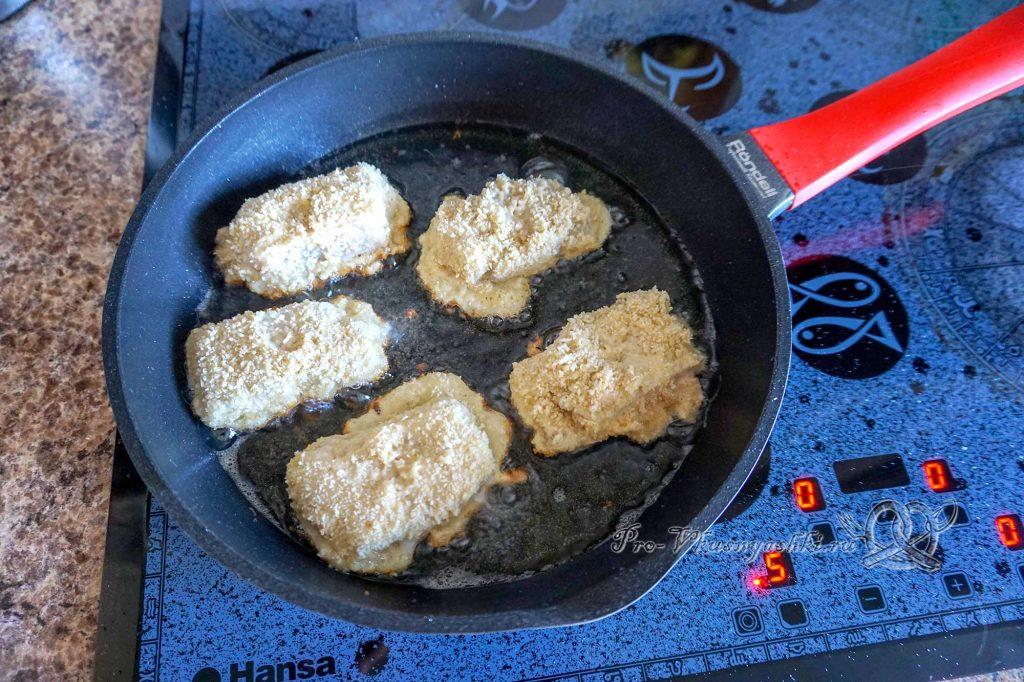 Минтай в кляре на сковороде - обжариваем минтай с одной стороны