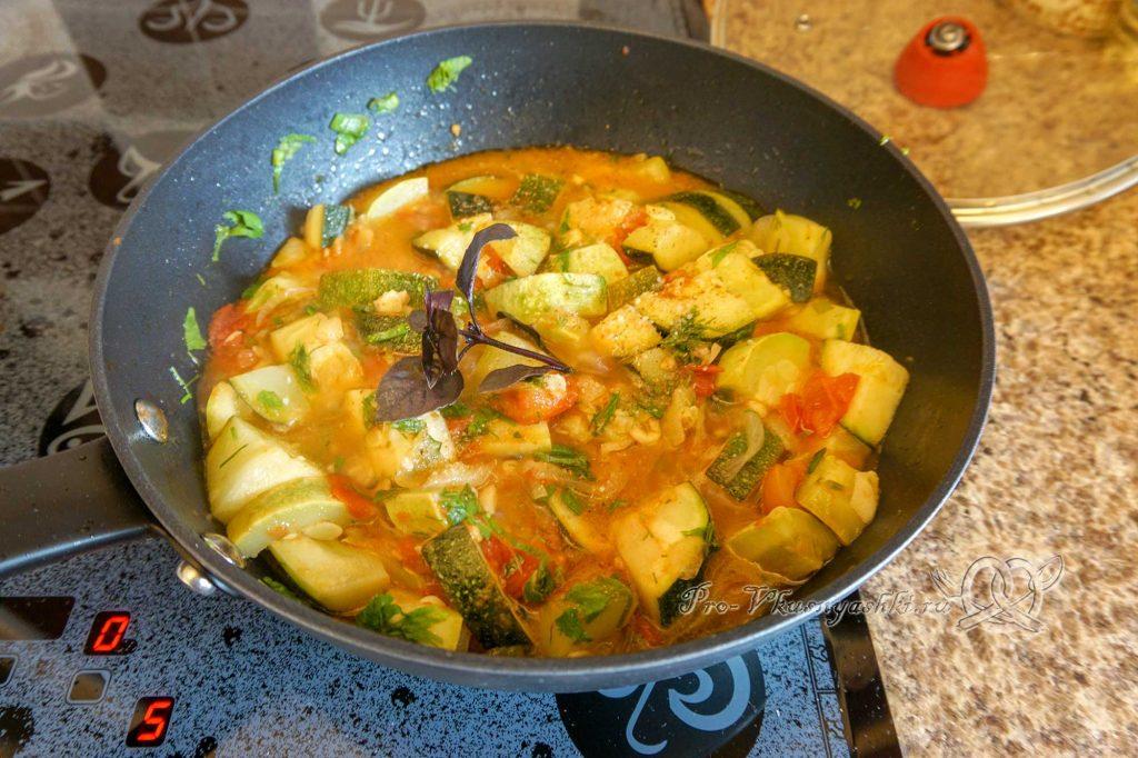 Тушеные кабачки с помидорами и чесноком - добавляем базилик