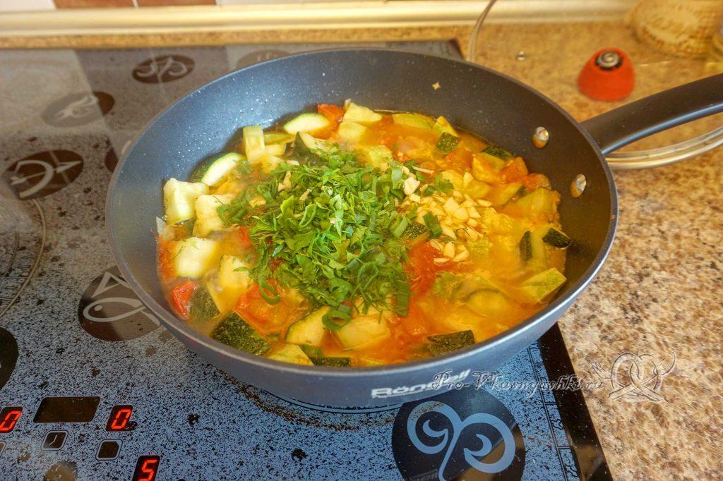 Тушеные кабачки с помидорами и чесноком - добавляем зелень и чеснок к овощам