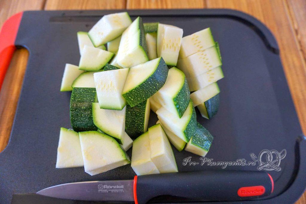 Тушеные кабачки с помидорами и чесноком - нарезаем кабачки