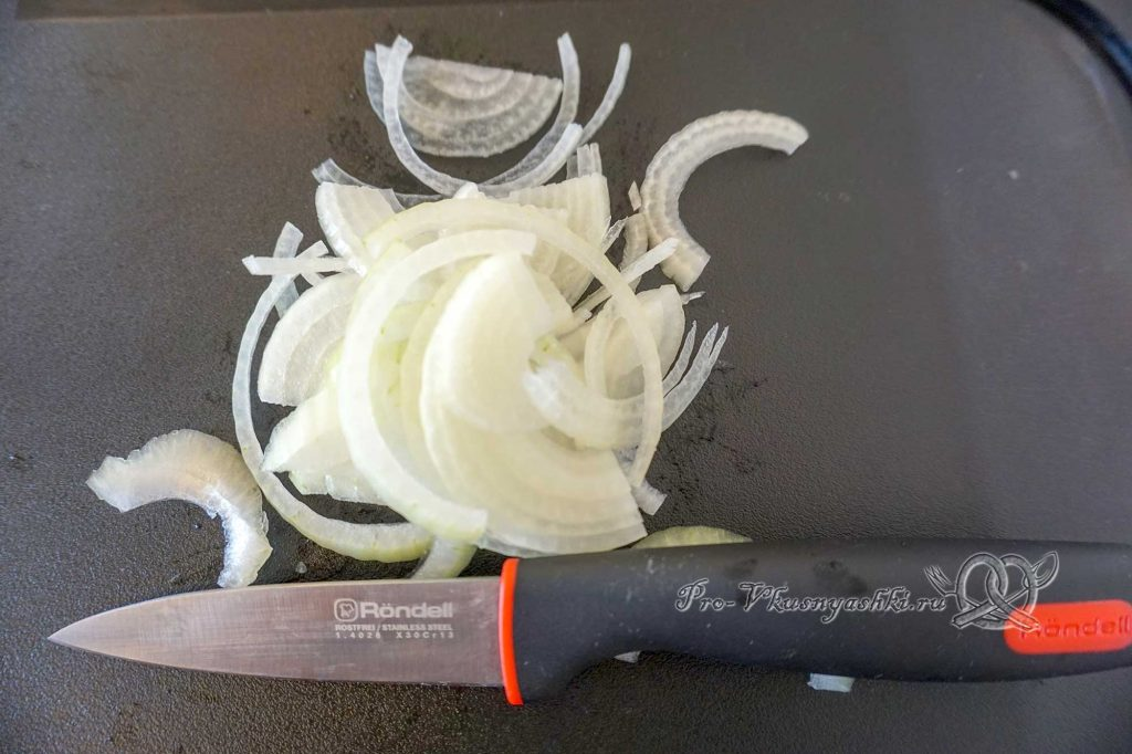 Тушеные кабачки с помидорами и чесноком - нарезаем лук