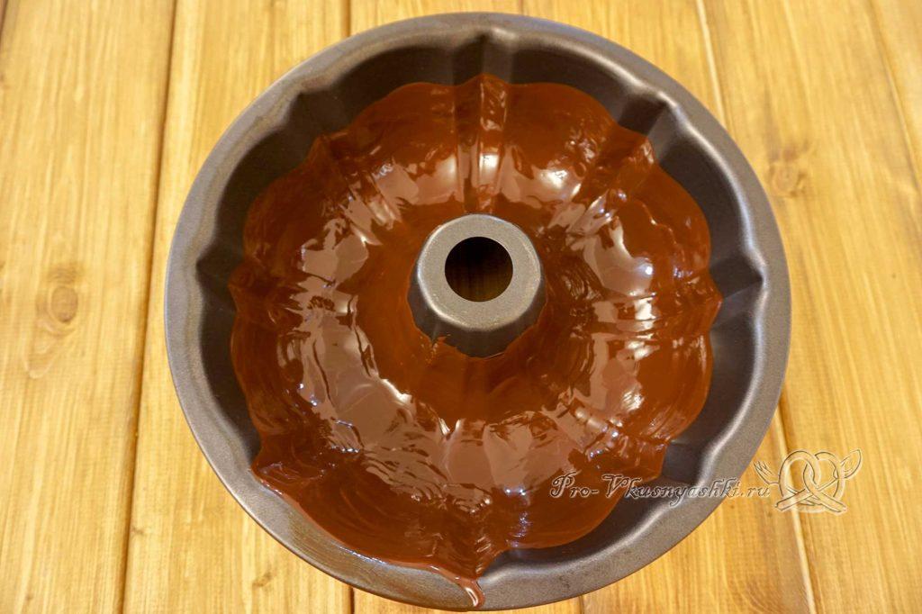 Брауни с шоколадом и кремом из вареной сгущенки - покрываем форму шоколадом