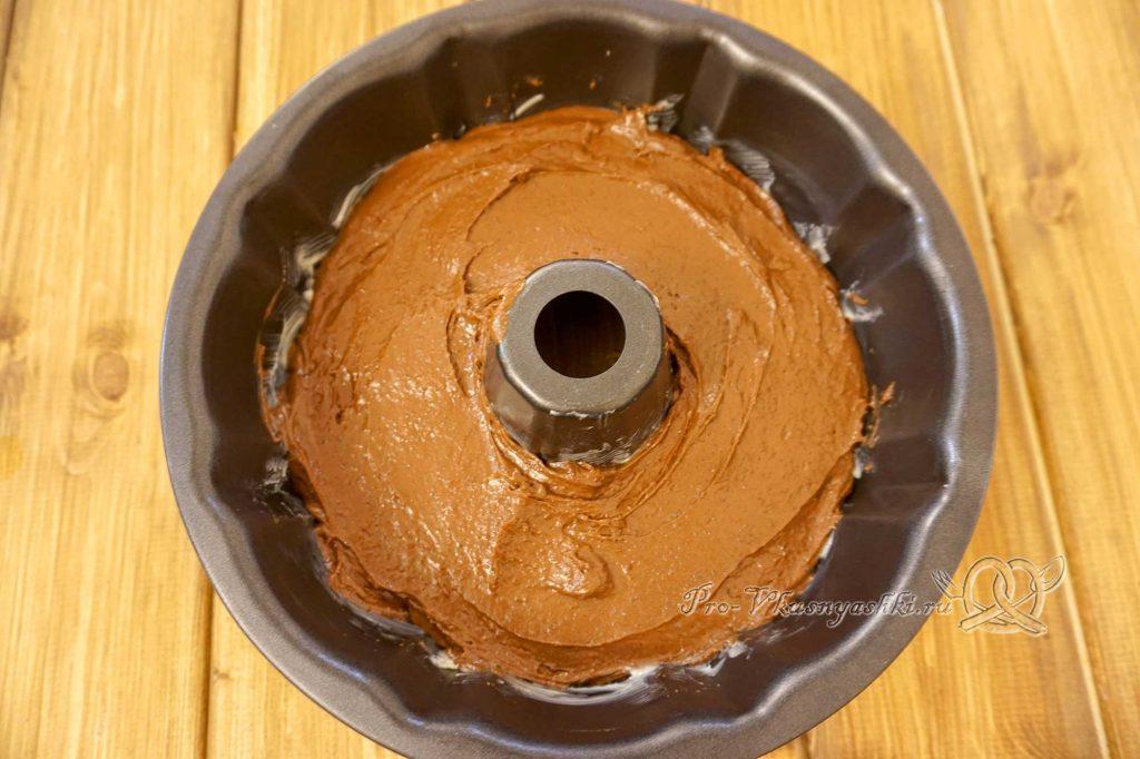 Брауни с шоколадом и кремом из вареной сгущенки - помещаем тесто в форму