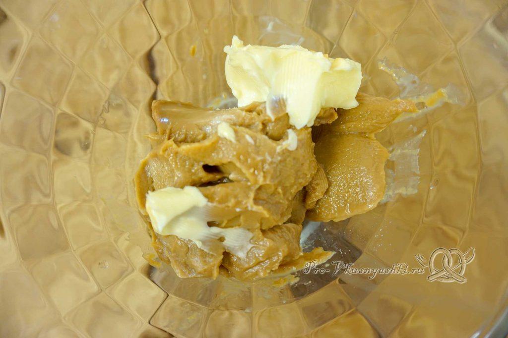 Брауни с шоколадом и кремом из вареной сгущенки - смешиваем сгущенку и масло