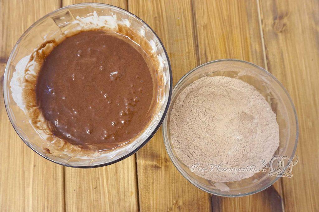 Брауни с шоколадом и кремом из вареной сгущенки - смешиваем жидкие и сухие ингредиенты