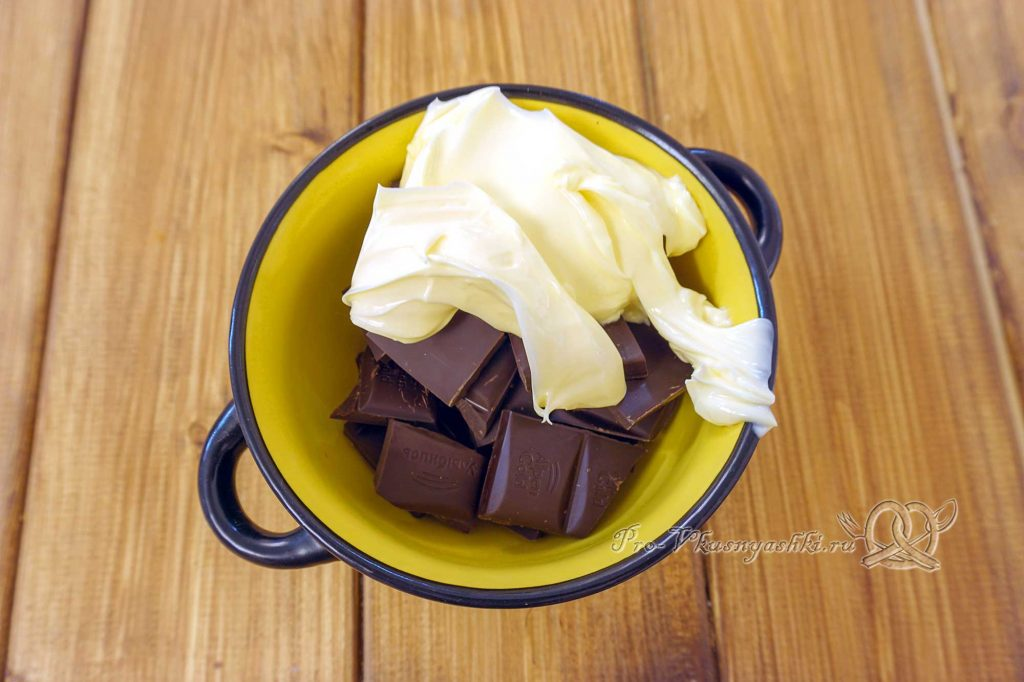 Брауни с шоколадом и кремом из вареной сгущенки - топим шоколад с маслом