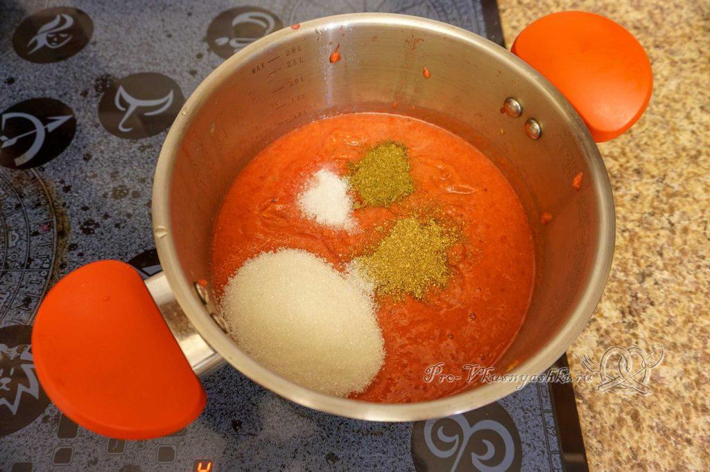 Соус Ткемали из слив классический - добавляем специи в соус