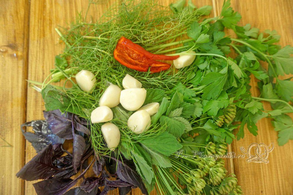 Соус Ткемали из слив классический - подготавливаем зелень