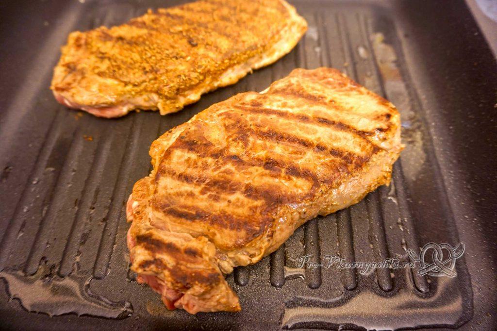 Стейк из говядины на сковороде гриль - обжариваем мясо с другой стороны