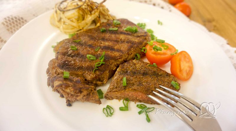 Стейк из говядины на сковороде гриль - подача