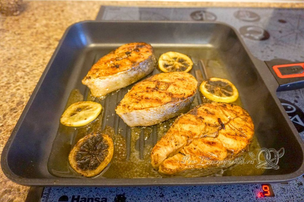 Стейк из лосося на сковороде гриль в медовом соусе - добавляем медовую воду