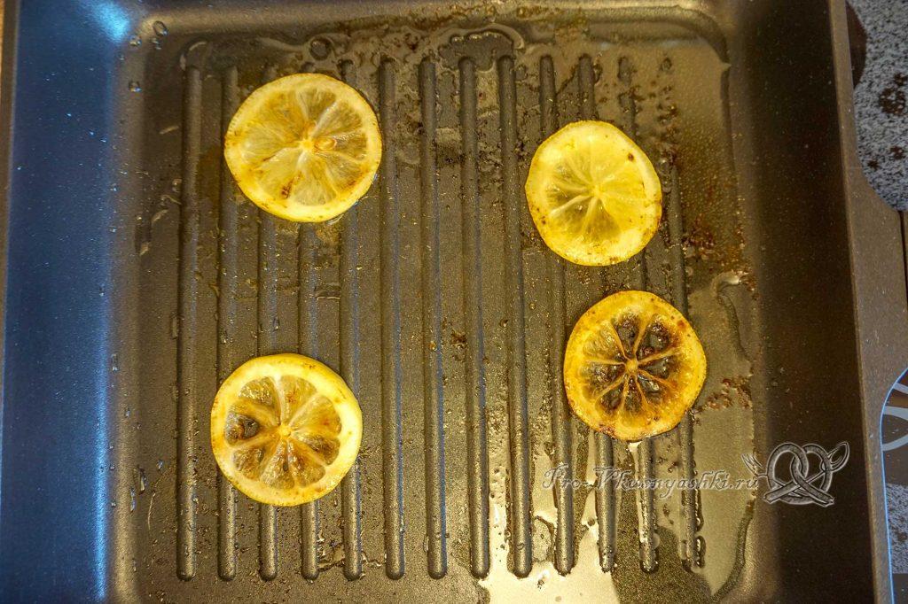 Стейк из лосося на сковороде гриль в медовом соусе - обжаренный лимон