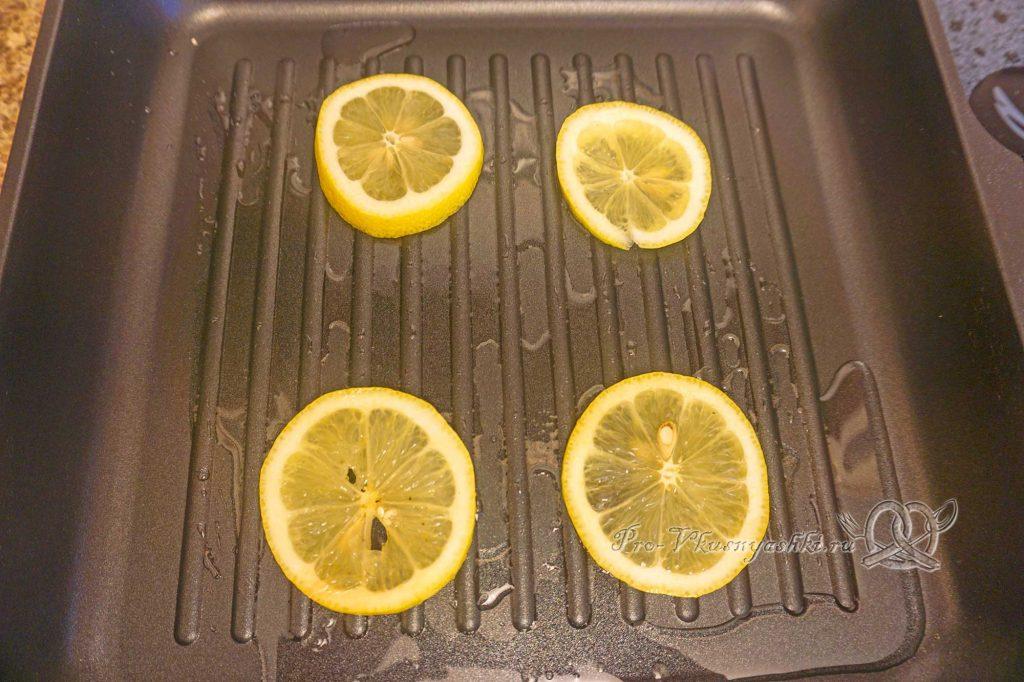 Стейк из лосося на сковороде гриль в медовом соусе - обжариваем лимон с одной стороны